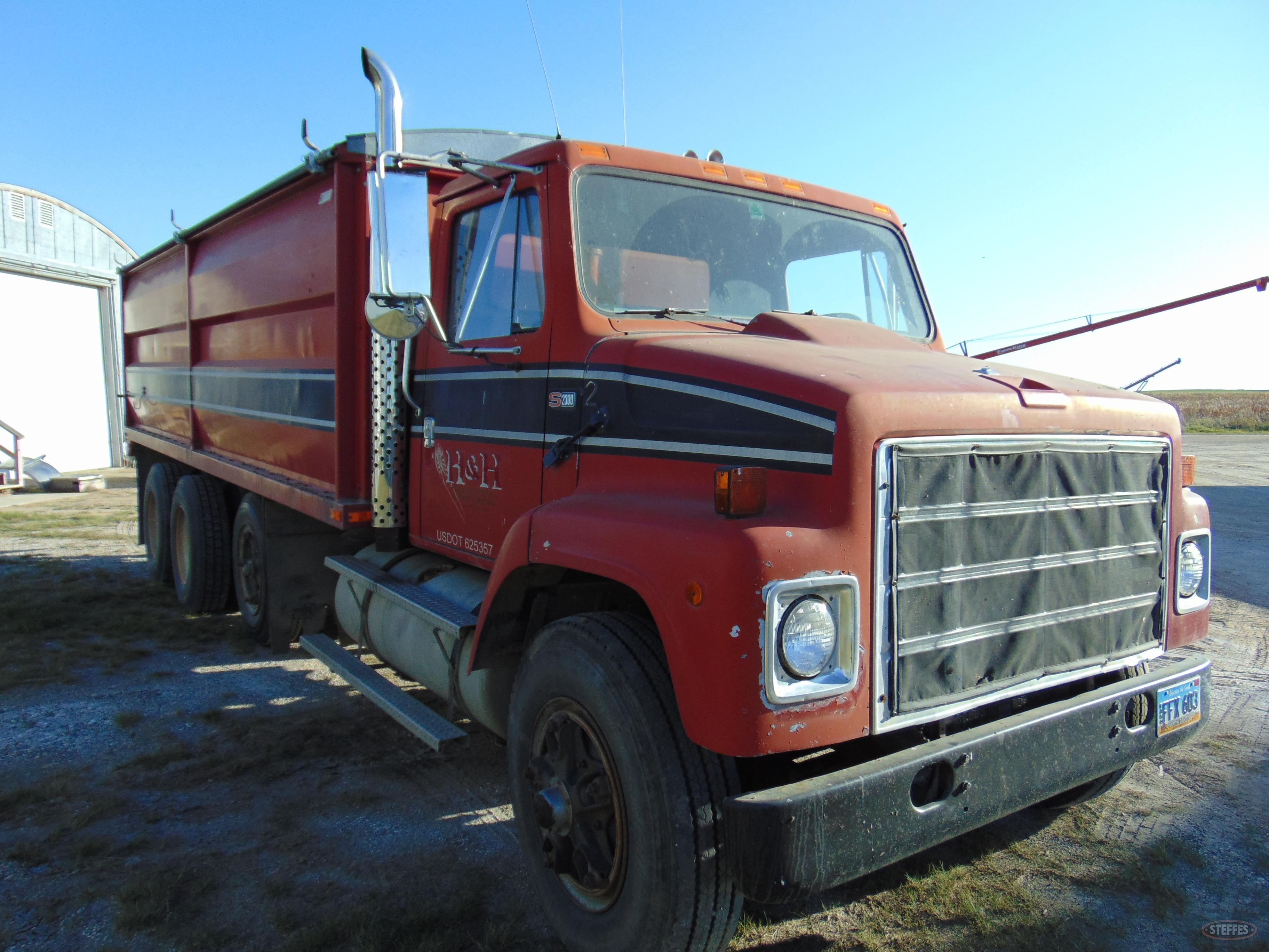1985 IHC S2300_1.JPG