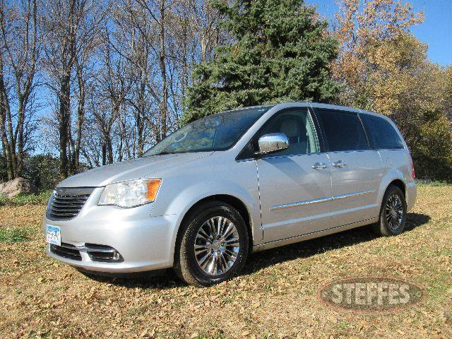 2011 Chrysler Town - Country Edition_0.JPG
