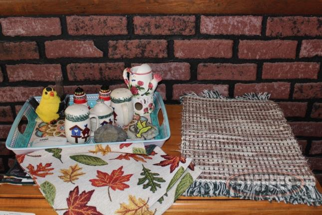 (6)-Place-Mats--Serving-Tray--and-Assorted-Decor_2.jpg