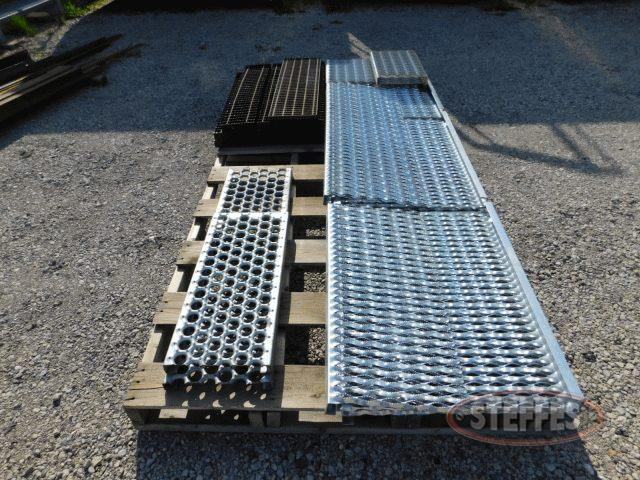 Pallet-of-asst--metal-catwalk---steel-grates_1.jpg